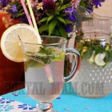 Свежий коктейль, который не только обладает приятным вкусом, но и хорошо освежает и утоляет жажду.