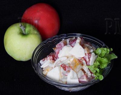Яблоко и помидор - дары осени, составяляют  основу этого легкого во всех отношениях осеннего салата.